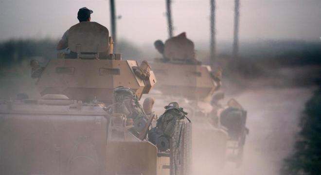 Tropas do Exército truco em deslocamento para a região nordeste da Síria