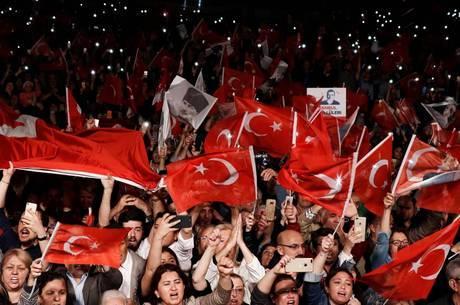 Protestos tomam Istambul após anulação de eleição