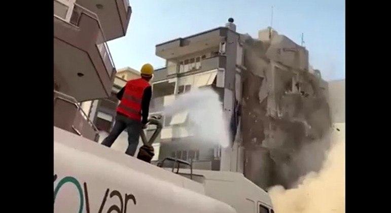 Prédio atingido por terremoto desabou sobre edificação vizinha em Izmir, na Turquia