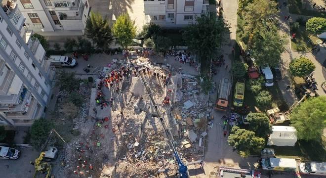 Vinte prédios ficaram danificados em Izmir após terremoto