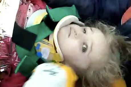 Menina de 3 anos é resgata de escombros