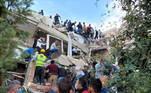 Logo após os tremores, moradores saíram as ruas para ajudar nos resgates