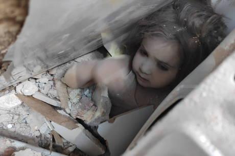 Criança é resgatada de escombros na Turquia