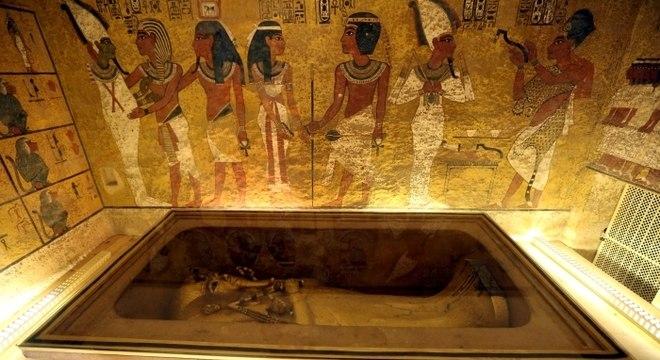 O sarcófago de ouro do faraó em sua câmara mortuária no Vale dos Reis, Egito