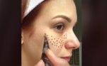 No vídeo com o tutorial é indicado o uso de henna, uma tinta muito usada pelas mulheres indianas para fazer desenhos nas mãos e pés, e usada por aqui como método de preencher falhas nas sobrancelhas.Para ver o vídeo,acesse aqui