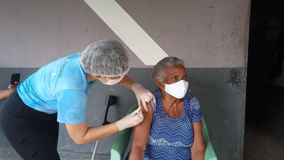 Canal cobriu vacinação de pessoas da comunidade, como Dona Odília, contra Covid 19