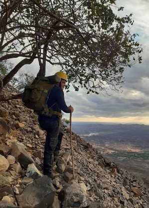 Repórter Tiago Medeiros durante escalada. Imagem: Olinto Bezerra