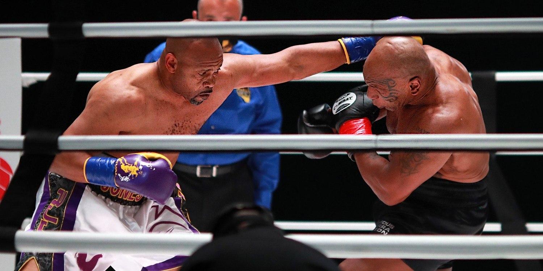 Jones até tentou usar seus famosos ganchos. Mas foi presa fácil. Tyson bateu para valer