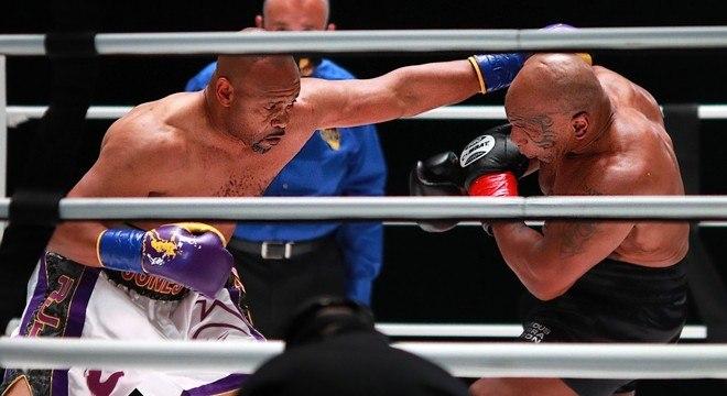 Mike Tyson e Roy Jones Jr. esbanjaram categoria no Staples Center, em Los Angeles