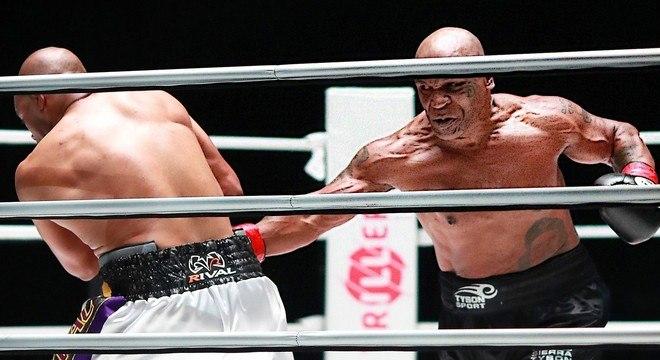 Tyson soltou jabs, saltou e golpeou forte o corpo de Jones