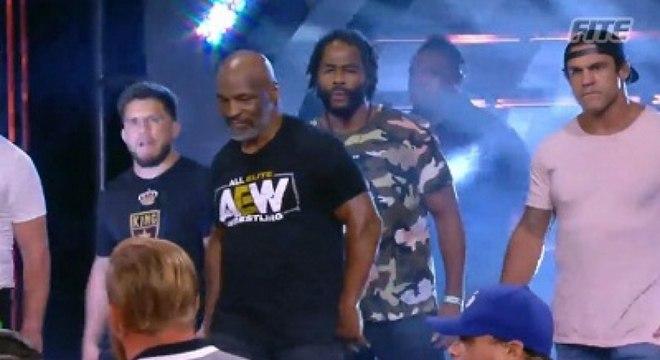 Cercado por três ex-campeões do UFC, Tyson fez uma participação especial no AEW