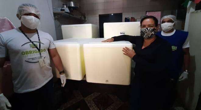 Voluntários ajudam durante a entrega de marmitas no hospital