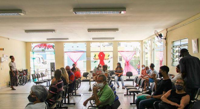 Movimento na sala de vacinação na UBS Vila Barbosa, zona norte de São Paulo
