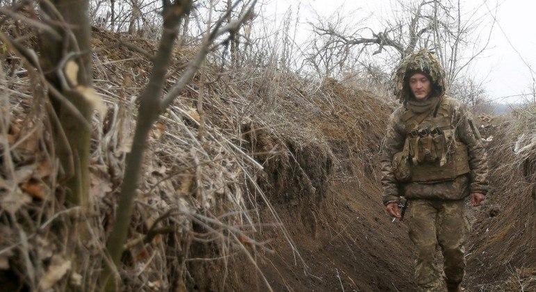 Soldado ucraniano patrulha trincheira perto de fronteira com a Rússia