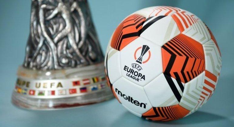 A taça e a bola oficial da Europa League