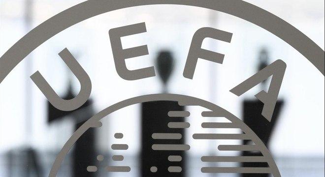 O vidro da porta principal da UEFA
