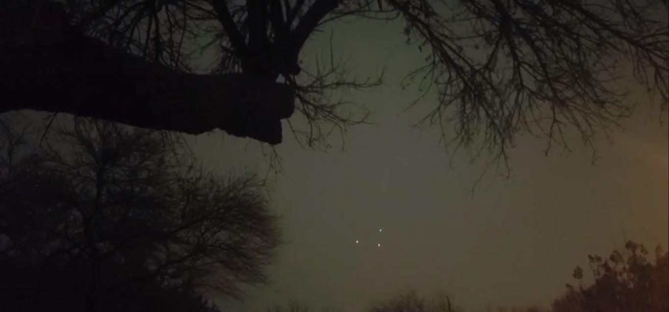 Como as luzes nunca se separam, diversos especialistas da comunidade ufóloga afirmaram que se trata de um único e gigante OVNI nos céus dos dois locais