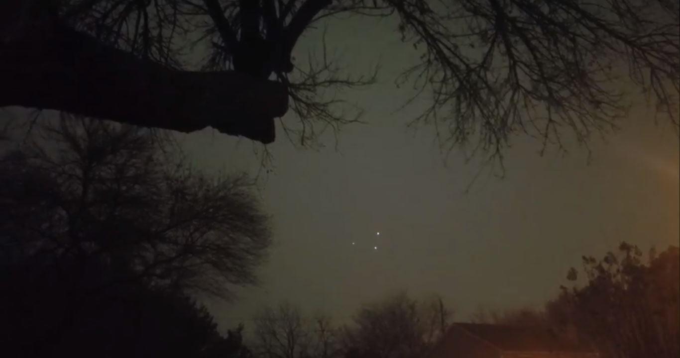 A gravação feita no Ano Novo mostra três luzes brilhantes voando em perfeita sincronia