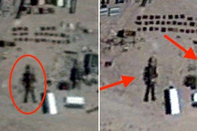 O caçador de OVNIsScott C. Waring acredita ter encontrado um robô com 16 m de altura na Área 51 — base da Força Aérea dos EUA no estado de Nevada. Como de costume, a descoberta do teórico da conspiração foi feita por meio do Google EarthVeja também:Especialistas divulgam possível local da queda do voo da Malaysia