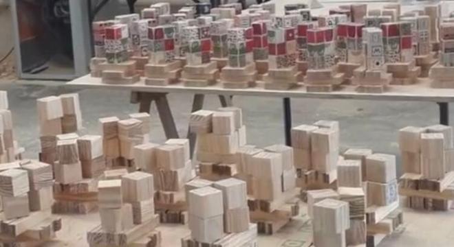 Blocos feitos de madeira para montar personagens