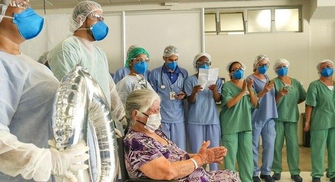 Guiomar, de 83 anos, foi a última paciente de covid-19 a receber alta médica