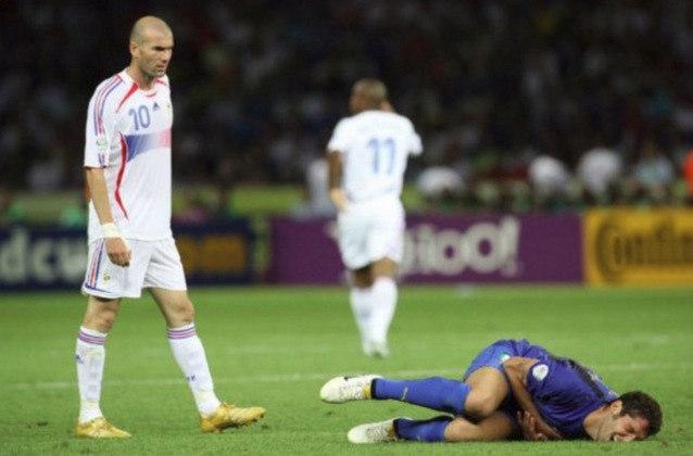 Último jogo da carreira - O final da carreira de Zidane não poderia ser mais marcante. Na final da Copa do Mundo de 2006 entre França x Itália, Zizou deu uma cabeçada no zagueiro italiano Materazzi. Ele acabou sendo expulso e os franceses perderam a final do Mundial