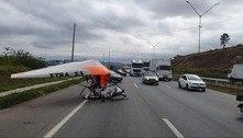 Ultraleve faz pouso forçado na pista da rodovia Fernão Dias em SP