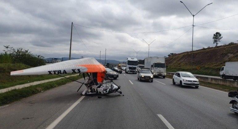 Ultraleve fez pouso forçado na pista da rodovia Fernão Dias em Atibaia