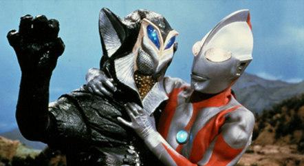 Ultraman esgana um alienígena nos arredores de Tóquio