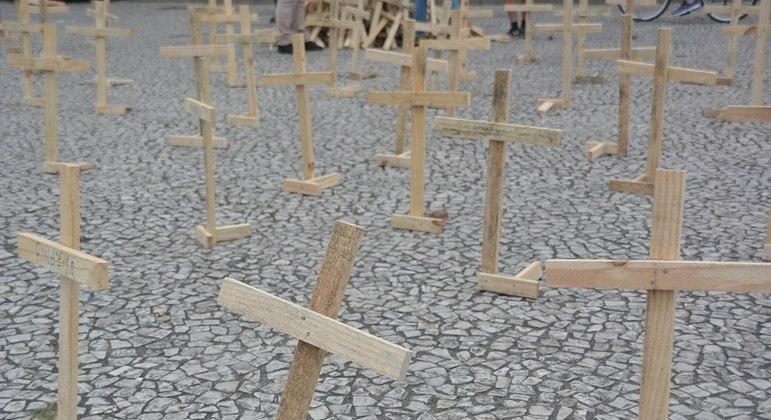 Ato na Praça Tiradentes, em Curitiba, simboliza neste domingo (25) as mortes por covid-19
