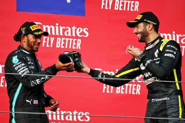 Um brinde para Ricciardo! Após esquecer o shoey no GP de Eifel, a comemoração voltou em Ímola