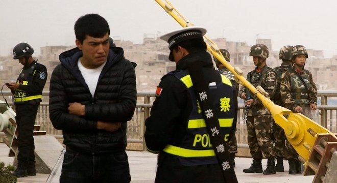 Um checkpoint da polícia na cidade em Kashgar, em março de 2017
