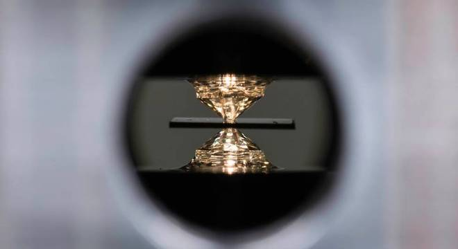 Um dispositivo de alta pressão chamado bigorna de diamante foi usado para o experimento