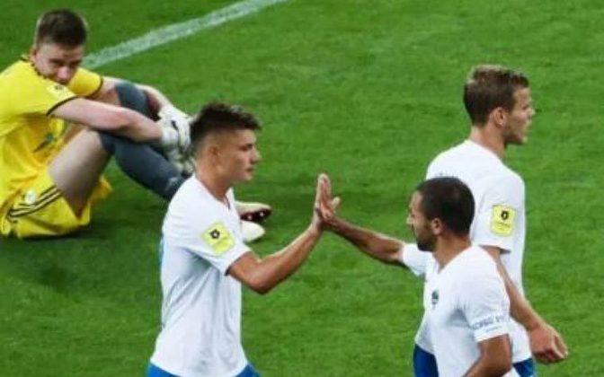 Um dos casos que mais ganhou notoriedade no futebol mundial foi no Campeonato Russo. Após funcionários do clube serem diagnosticados com coronavírus, o FK Rostov colocou todos os jogadores em isolamento e teve que entrar em campo com a equipe sub-17. A equipe perdeu de 10 a 1 para o Sochi.