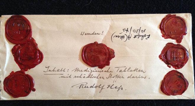 Um dos envelopes lacrados de Rudolf Hess, onde ele guardava amostras de comida que acreditava estar envenenada