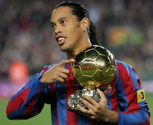 Um dos maiores jogadores da história do Barcelona, o brasileiro Ronaldinho Gaúcho coleciona momentos fantásticos com a camisa blaugrana. Pelo clube, Ronaldinho conquistou duas vezes o prêmio de melhor jogador do mundo e também foi campeão da Liga dos Campeões. Veja alguns destes momentos de Ronaldinho pelo Barça.