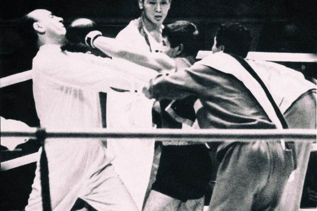 Um dos momentos mais inusitados dos Jogos de 1964 foi a agressão do boxeador Valentín Loren ao árbitro.  Após ser desclassificado, o peso-pena apelou e acabou banido do esporte para sempre.