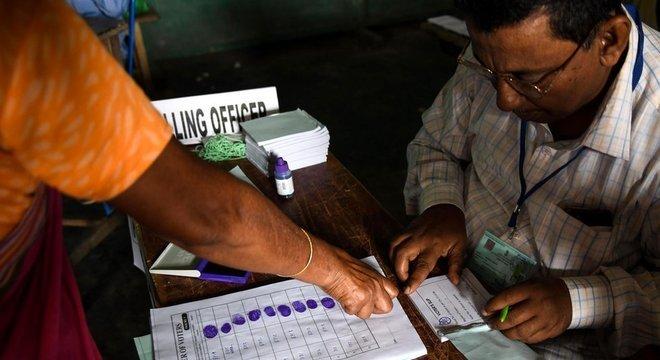 A impressão digital do eleitor é usada para controle em muitos processos eleitorais