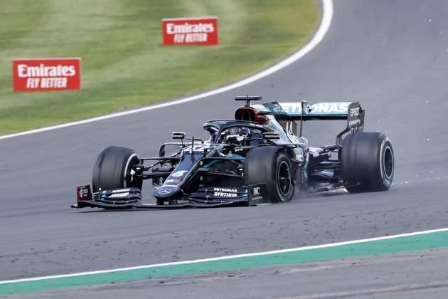 Um furo de pneu na última volta quase tirou a vitória de Hamilton