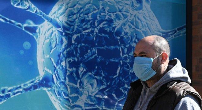 A máscara reduz a chance de ter sintomas graves de covid-19, dizem os pesquisadores
