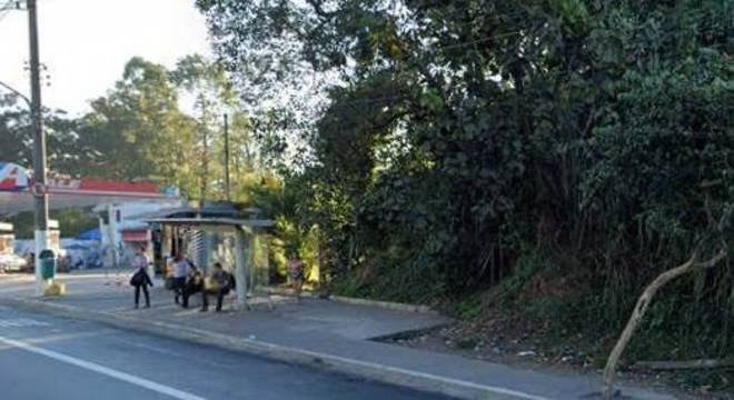 Ponto de ônibus, na rua Márcio Beck Machado