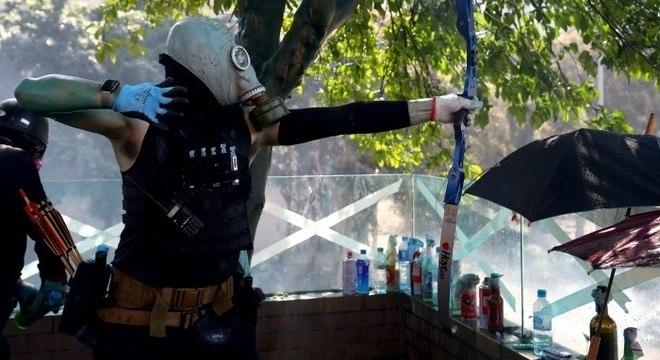 Manifestantes usaram arco e flecha