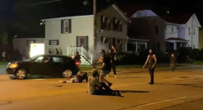 Suspeito de camisa verde sentado no chão seria Kyle Rittenhouse e estava armado