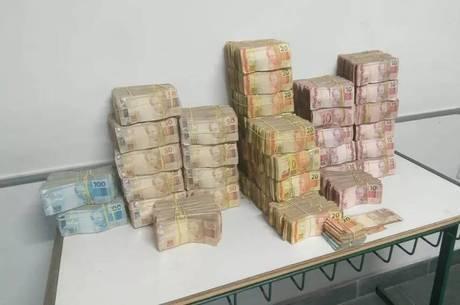 R$ 1 milhão foram encontrados atrás do banco do carro