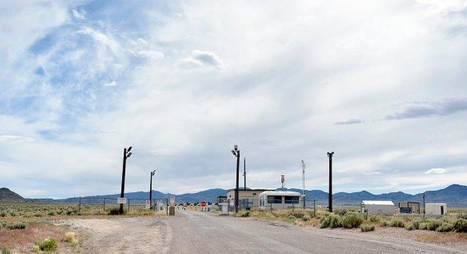 Um dos portões da Área 51, instalação militar ultrassecreta da Força Aérea americana no condado de Lincoln, em Nevada