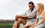 Neste drama esportivo, Michael (Quinton Aaron) é um jovem negro, filho de uma mãe viciada, que é acolhido por Leigh Anne (Sandra Bullock), matriarca de uma família rica. Um Sonho Possível (2009)mostra que mãe pode não ser só biológica, e sim quem dá amor e carinho
