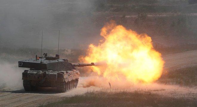 Um tanque britânico fotografado em um exercício da Otan na Letônia em junho