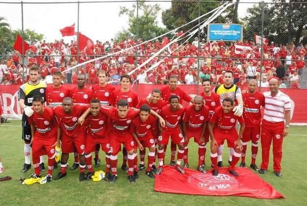 Um time tradicional que sofre com rebaixamentos no Campeonato Carioca é o América-RJ. A equipe disputa a Série A2 desse ano, após ser eliminada na fase preliminar do estadual.