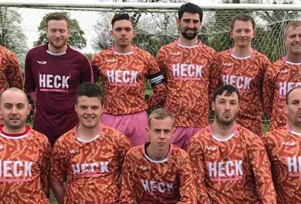 Uma combinação de cores e estampas que não deu certo, as camisas do  time Bedale Sports Club foi nomeada como a mais feia pelo site footyheadlines.