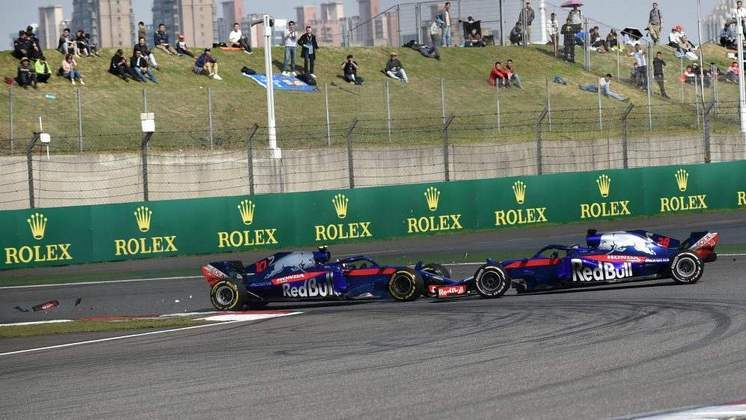 Uma corrida antes, na China, Pierre Gasly e Brendon Hartley se tocaram. O choque mudou o destino da corrida, vencida por Ricciardo